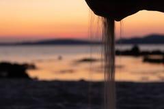 Hand och sand i stranden royaltyfria bilder