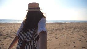 Hand och spring för flicka hållande manlig på den tropiska exotiska stranden till havet Följ som mig, drar skottet av den unga kv lager videofilmer