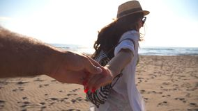 Hand och spring f?r flicka h?llande manlig p? den tropiska exotiska stranden till havet F?lj som mig, drar skottet av den unga kv stock video