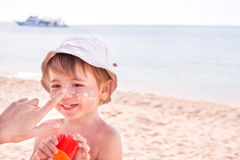 Free Hand Of Caucasian Mother Applying Suncream To Her Stock Photography - 40579812