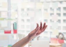 Hand offen im Büro Lizenzfreies Stockfoto