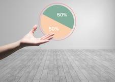 Hand offen mit den bunten Diagrammstatistiken 50 Prozent halb Lizenzfreie Stockbilder