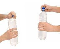 Hand om een fles te openen Stock Foto