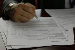 Hand ondertekende verzekering stock foto's