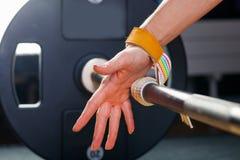 Hand op barbell Jonge atleet die klaar voor gewichtheffen die handwortelverband opleiden worden Stock Afbeeldingen