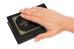 Hand op de bijbel Royalty-vrije Stock Afbeeldingen
