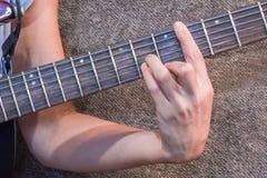 Hand op de hals elektrische gitaar Stock Foto's