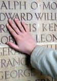 Hand op de herdenkingsmuur Stock Foto's