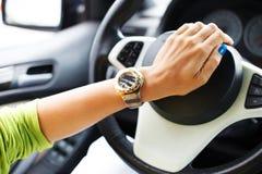Hand op een autohoorn Stock Afbeeldingen