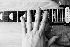 Hand op een elektrische gitaar Stock Foto's