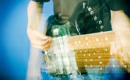 Hand op gitaar stock afbeelding