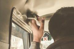 Hand op handvat Een mens die in een veiligheid handel van een auto langs de wegreis een gat maken die van reis genieten Achter me stock afbeelding