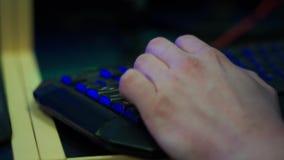 Hand op het computertoetsenbord stock videobeelden