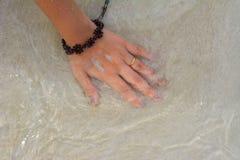 Hand op het zand Stock Foto