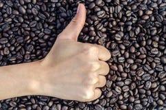 Hand op koffiebonen Royalty-vrije Stock Foto's