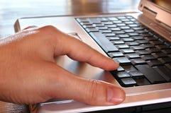Hand op laptop Stock Foto