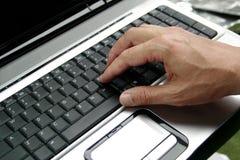 Hand op laptop Stock Afbeelding