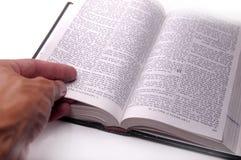Hand op open boek Stock Fotografie