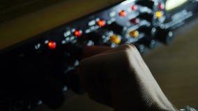 Hand op professionele audiomixer dichte omhooggaand stock video