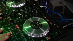 Hand op professionele audiomixer Materiaal dichtbij DJ stock videobeelden