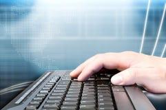 Hand op toetsenbord en technologieachtergrond Stock Foto