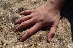 Hand op zand Royalty-vrije Stock Afbeeldingen