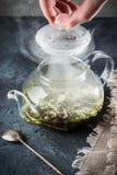 Hand open deksel van ketel met aftreksel van pepermunt gekookt h royalty-vrije stock foto's