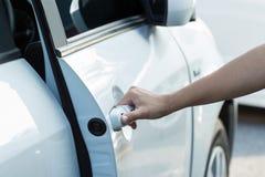 Hand open deur van autoauto stock fotografie