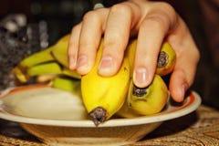 Hand på bananen arkivfoto