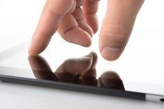 Hand på den samtidaa tabletPCen Fotografering för Bildbyråer