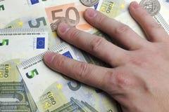 Hand på pengarna Fotografering för Bildbyråer
