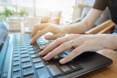 Hand på tangentbordslut upp, affärskvinna som arbetar på bärbara datorn i H arkivbilder