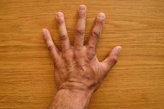 Hand på trät Hand på tabellen Royaltyfri Foto
