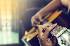 Hand på gitarren Arkivfoto