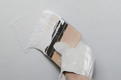 Hand painting a wall in gray Royalty Free Stock Photos
