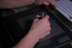 hand pennan Digital tablet Använda teknologi royaltyfri bild