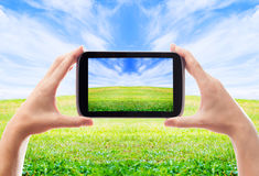Hand pictures of the beautiful landscape of the smartphone Royalty Free Stock Photos