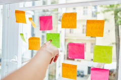 Hand pointing sticky note Royalty Free Stock Photos