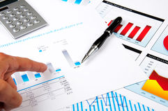 Hand points to the graph of growth Royalty Free Stock Photos