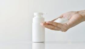 Hand pompend reinigend schuim, Gezichtsreinigingsmiddel, Schoonheidsmiddelen stock foto's