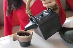Hand poures green tea Royalty Free Stock Photos