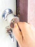 Hand öppnat begrepp för dörrtangenthus Royaltyfria Bilder