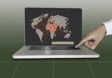 Hand push entra en el teclado para conectar con la red social Fotos de archivo