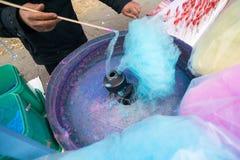 Hand rollende gesponnen suiker in de machine van de suikergoedzijde Candyfloss het maken royalty-vrije stock foto's
