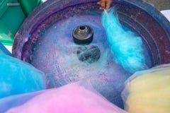 Hand rollende gesponnen suiker in de machine van de suikergoedzijde Candyfloss het maken stock afbeelding