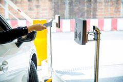 Hand - rymt kort till bildläsaren som öppnar parkeringshusdörren säkerhetssystem för att parkera royaltyfria foton