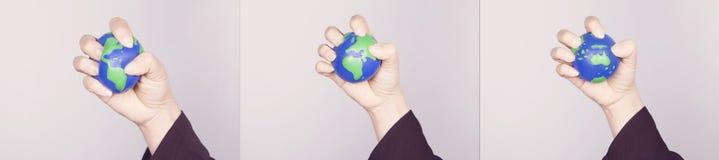 Hand samenpersende aarde Varianten van alle continenten Stock Foto's