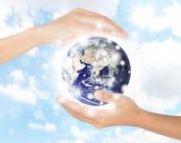 Hand schützen Erde, das Erdelement, das von der NASA beendet wird lizenzfreie stockfotografie