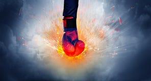 Hand schlägt intensives und macht Feuer lizenzfreie stockfotografie