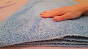 Hand schone handdoek die, textiel maken stock footage